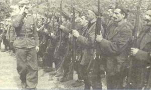 Τσάμηδες με ιταλικές στολές, επιθεωρούνται απο Ιταλό αξ/κο κτά τον Β'ΠΠ!!!