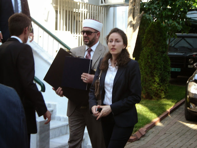 Τι να έχουν άραγε τα βαλιτσάκια που κουβαλάει ο ψευτομουφτής βγαίνοντας από το τουρκικό προξενείο της Κομοτηνής;